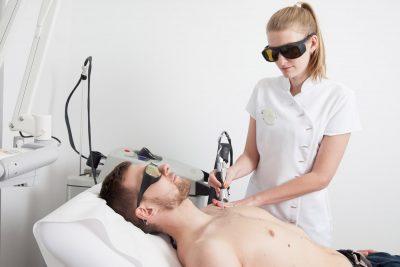 Elodie assiste le Docteur Ghibaudo pendant les actes de laser épilatoires.